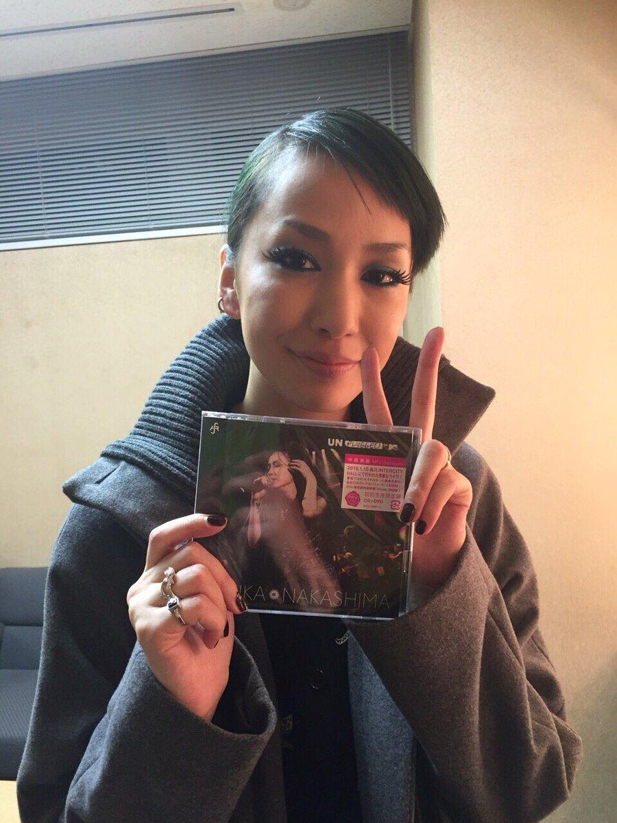 ライブ音源CDを持つ中島美嘉