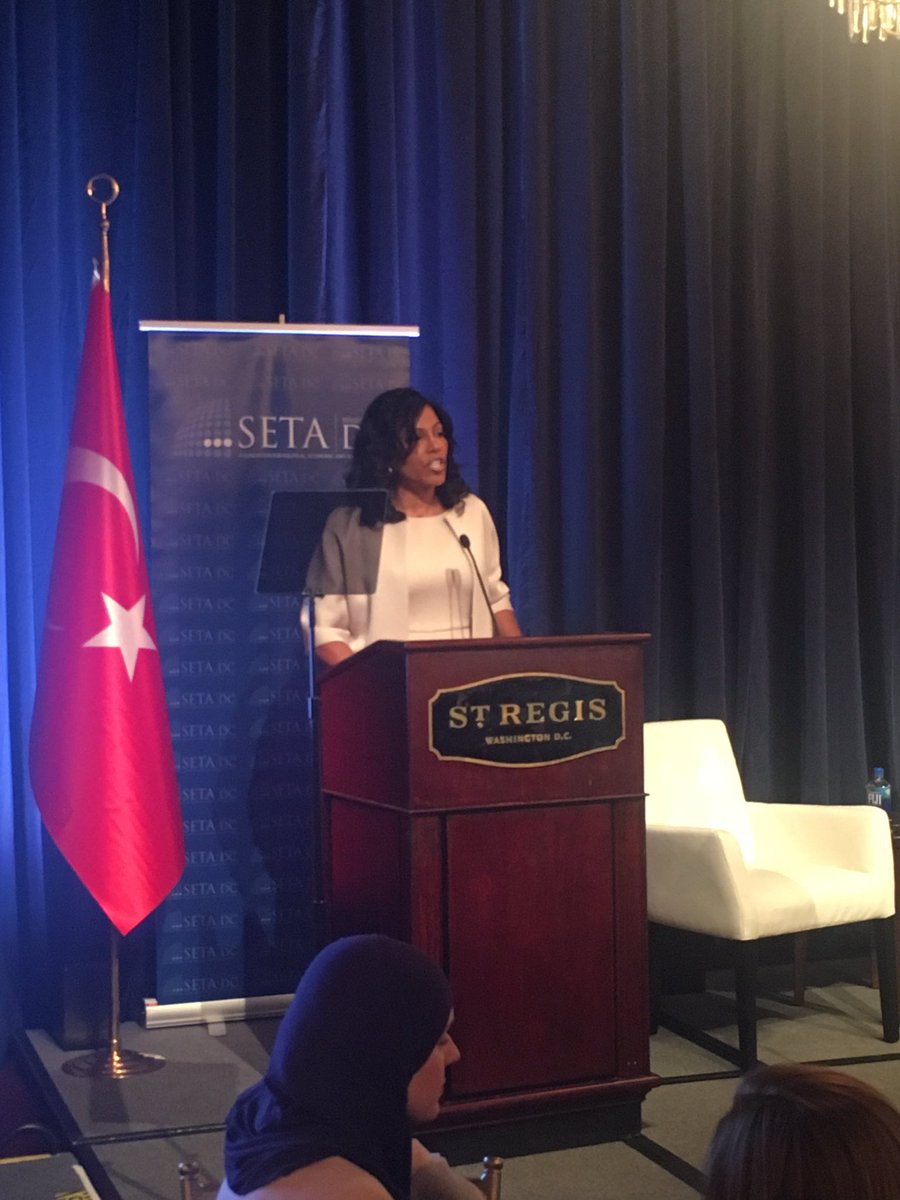 .@IlyasahShabazz helps to welcome H.E. Emine Erdogan for her keynote address #RefugeeCrisis https://t.co/3AX1tMUZwr