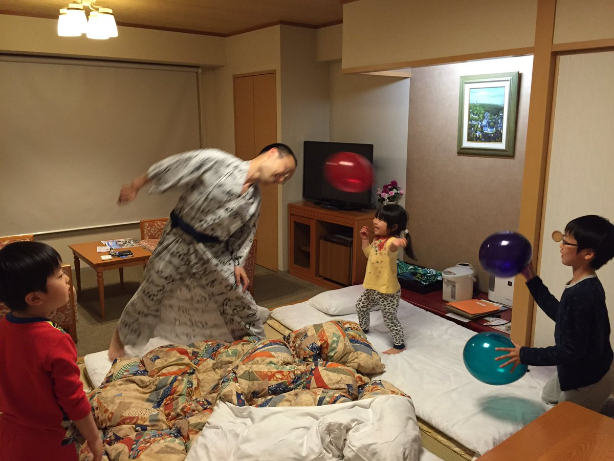渡辺竜王親子とプチ旅行、  風船でサッカーの練習?! 修学旅行の夜みたい(笑) https://t.co/V5ZXkp08x7