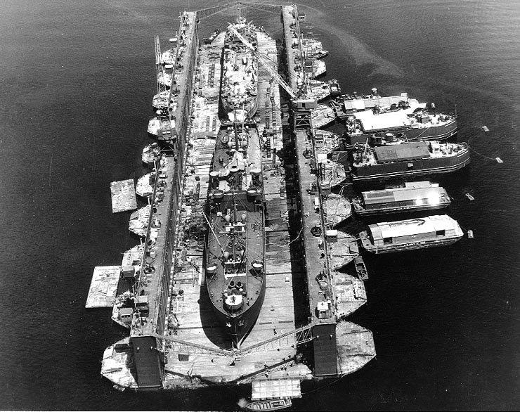 二次大戦時米軍の艦船の建造量には圧倒される一方、あまり注目されないが米軍は工作艦どころか巨大浮きドック(写真はUSSアリスタン)も作っていてソロモン海の南で大型艦の修理も可能。日本からすると、な…なんてズルいんだと思ってしまう。