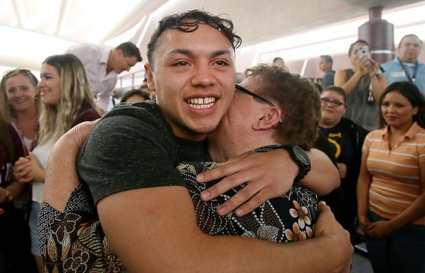 High schooler with deported parents earns $20K college scholarship https://t.co/vwBux9BGZb