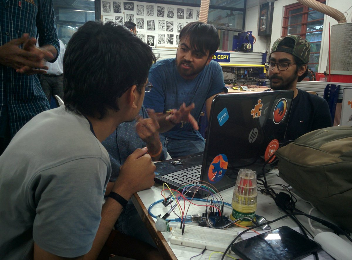 Mentoring teams at IOT Fab-a-thon#genuinoday#fablabcept#aefest #Fab-a-thon https://t.co/4ckKTs49TN