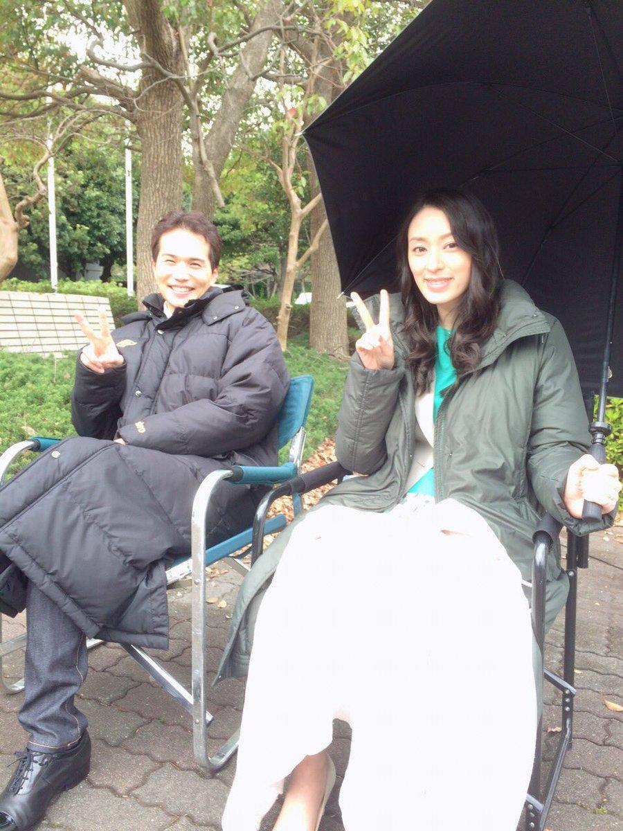 撮影の合間に暖かそうな格好で椅子に座っている市原隼人