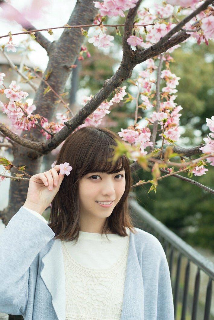 桜の花びらを手に持っている西野七瀬