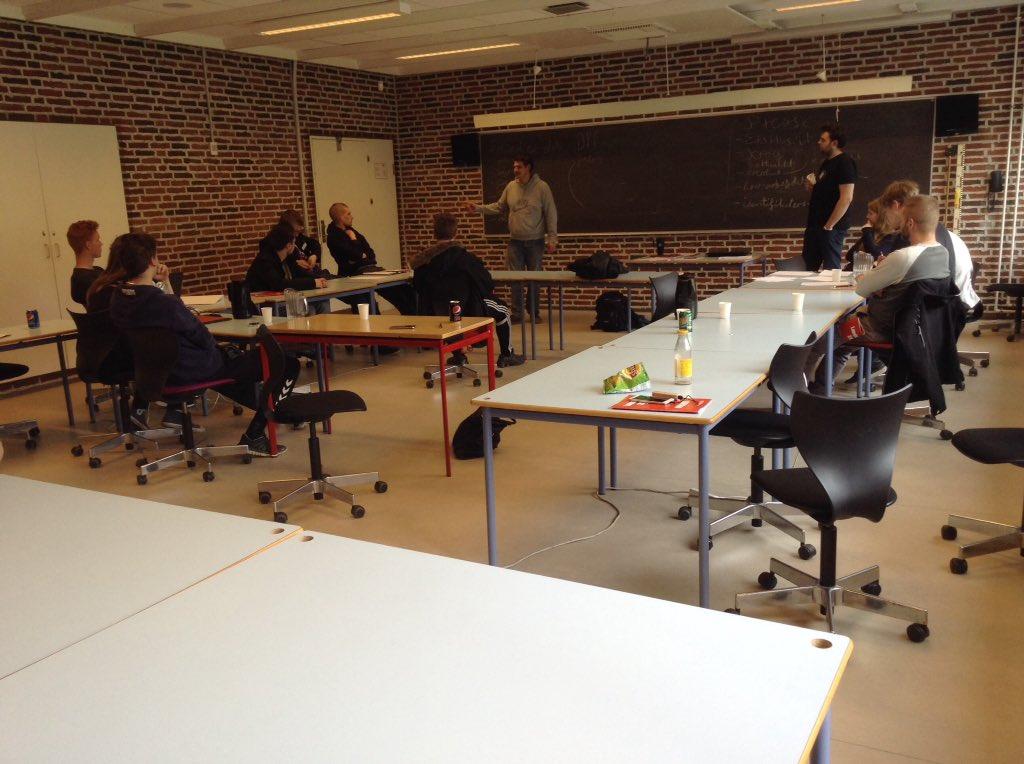 """Der holdes workshop """"EEO værktøjskassen"""" hvor vi undervises i aktivisme, debat indlæg og læserbreve.  #eeolm16 #eeo https://t.co/h0GClwvcuy"""