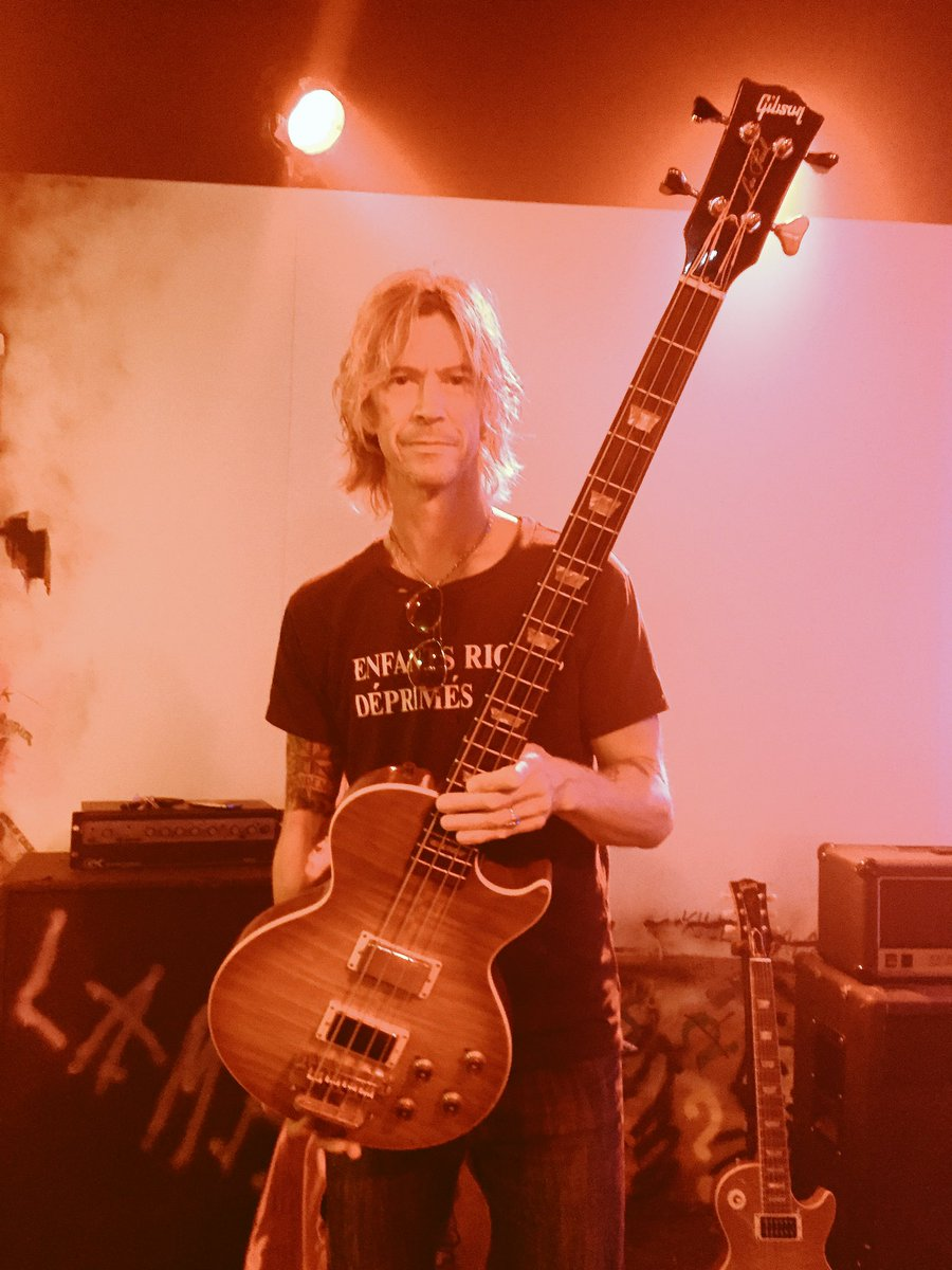 @DuffMcKagan with @gibsonguitar custom shop prototype Les Paul bass w/jazz neck???? Wtf? #novemberrain #GNR #gibson https://t.co/A79G2VbbCK