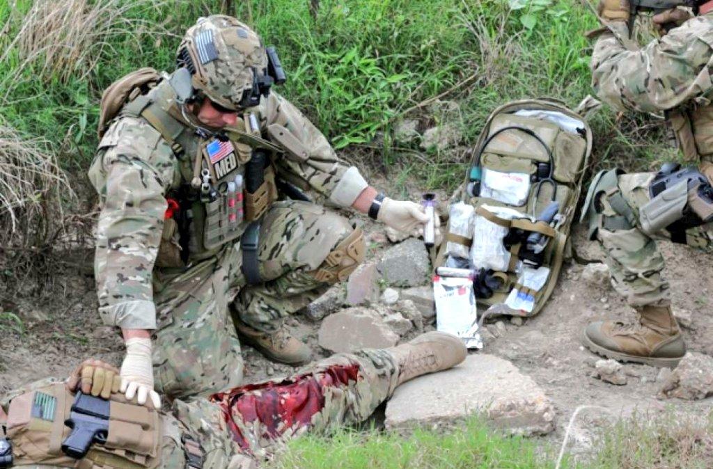 """Hound a Twitter: """"アメリカ軍の衛生兵の訓練、血糊使うのは当たり前 ..."""