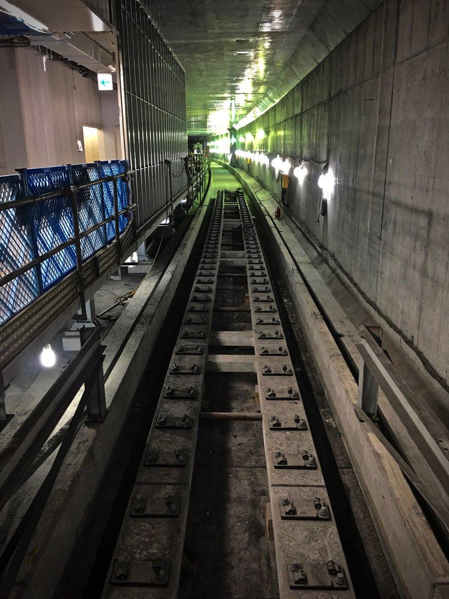 地下化してはじめて使った世田谷代田駅。エスカレーターを下りたら「まだ線路ができてなかったなう」という駅を作ってる真っ最中感を味わえて面白い。ちなみに電車はさらに地下深くの仮設ホームに到着というダンジョンっぷりがたまらん。 https://t.co/Y6LVwMQPkn