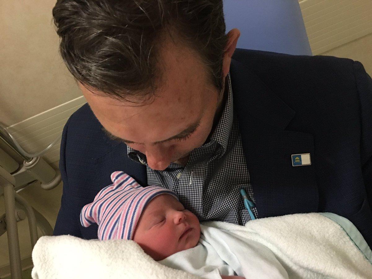 El Alcalde @JoseantonioJun agradece las felicitaciones por el nacimiento de su hija Martina https://t.co/Vcl3GG8djO