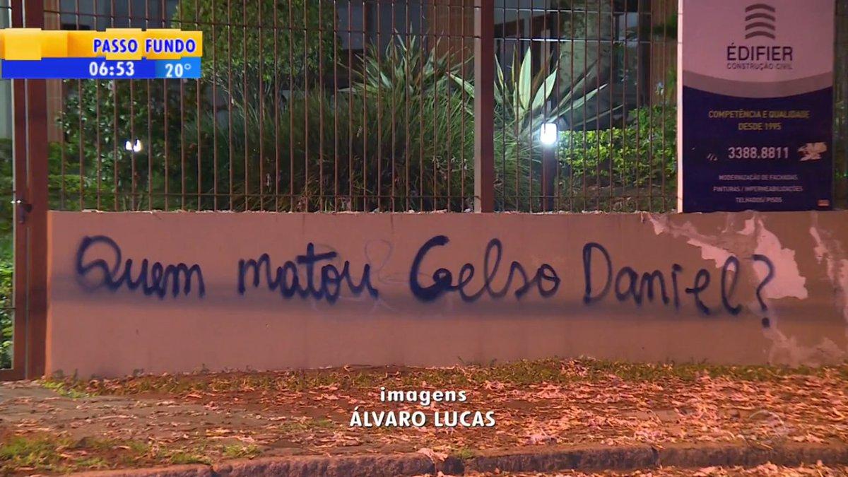 Falta no do Lula RT @opovoonline: Prédio de Dilma é pichado: 'Quem matou Celso Daniel?' https://t.co/zO1xagmHhH
