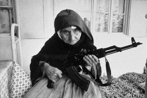 Самое пронзительное фото в мире - 106-ти летняя бабушка защищает свой дом