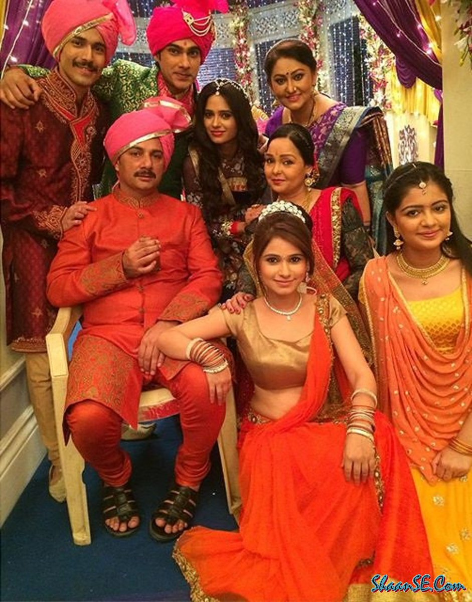 Mere Angne Mein Star Cast image