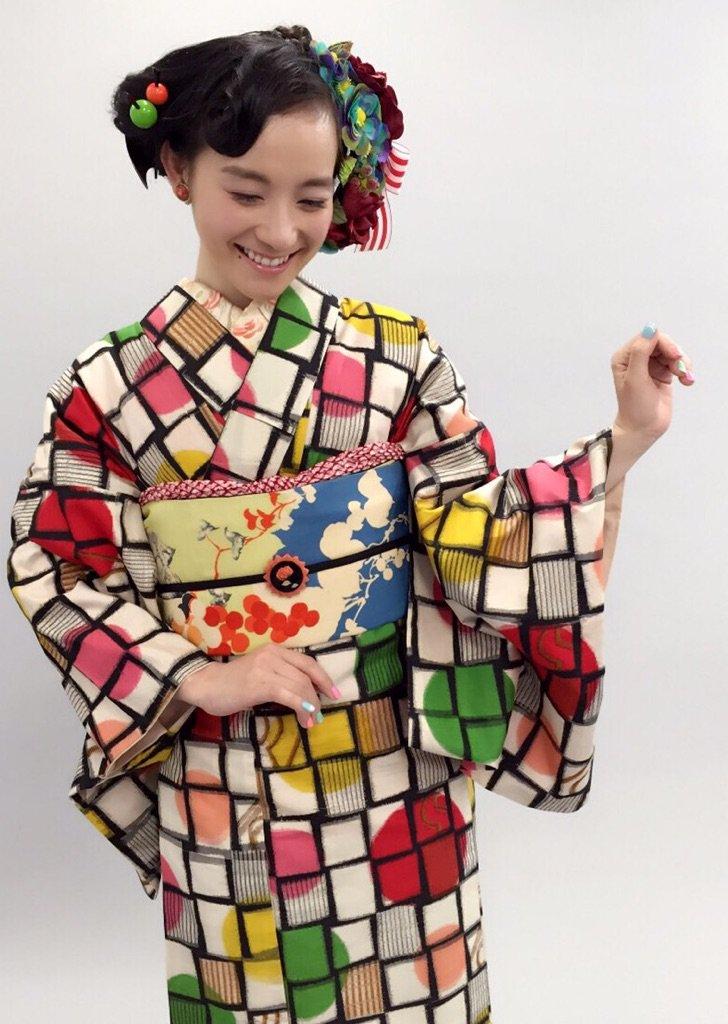 篠原ともえちゃん (@tomoeshinohara) 。この写真もかわいい。ポップな銘仙コーデをともえちゃんが着るとガーリーになるのです。銘仙の歴史に興味津々なともえちゃんでした(^-^)/ https://t.co/tBjtKJQ2kj