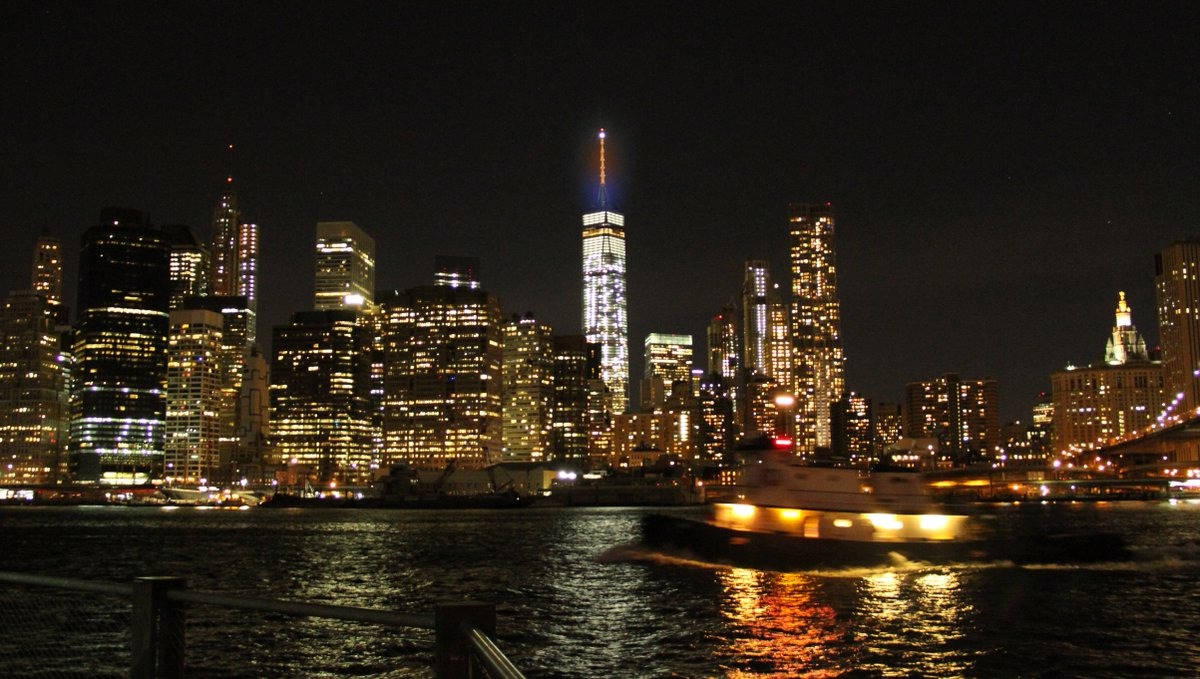#OneWTC goes navy and orange tonight to cheer on @CuseWBB #Syracusebasketball #OrangeNation https://t.co/AjQvvv2cHI