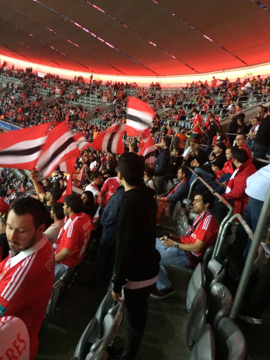 Maré vermelha na #AllianzArena! #UCL #FCBSLB #SejaOndeFor