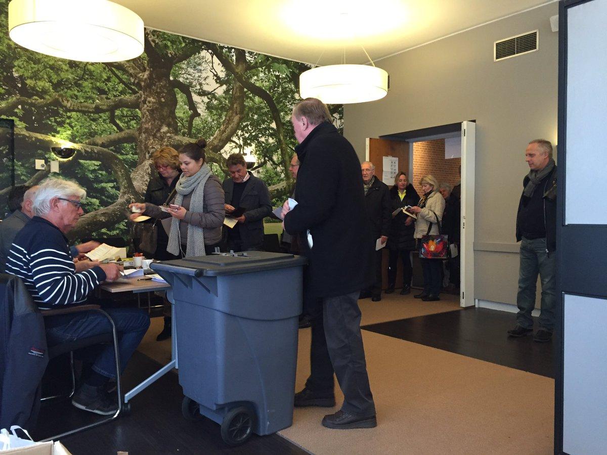 In Oldenzaal ging het aantal stembureaus terug van 17 naar 5. Er staat een rij om te mogen stemmen. #rf16 https://t.co/6c3qHKZeCJ
