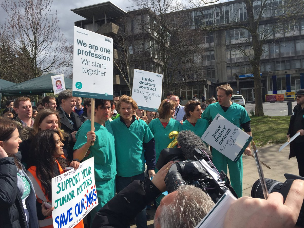 At Northwick Park Hosp where Green Wing cast @StephenMangan Tamsin Grieg and co are supporting #JuniorDoctorsStrike https://t.co/JSTrj1z0Qh