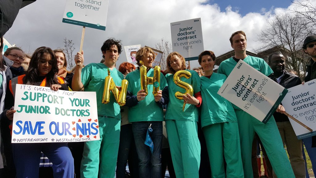 Delighted to support #JuniorDoctors today. The country is overwhelmingly behind you. #GreenWing #juniorcontract https://t.co/eBPHVU7vrD