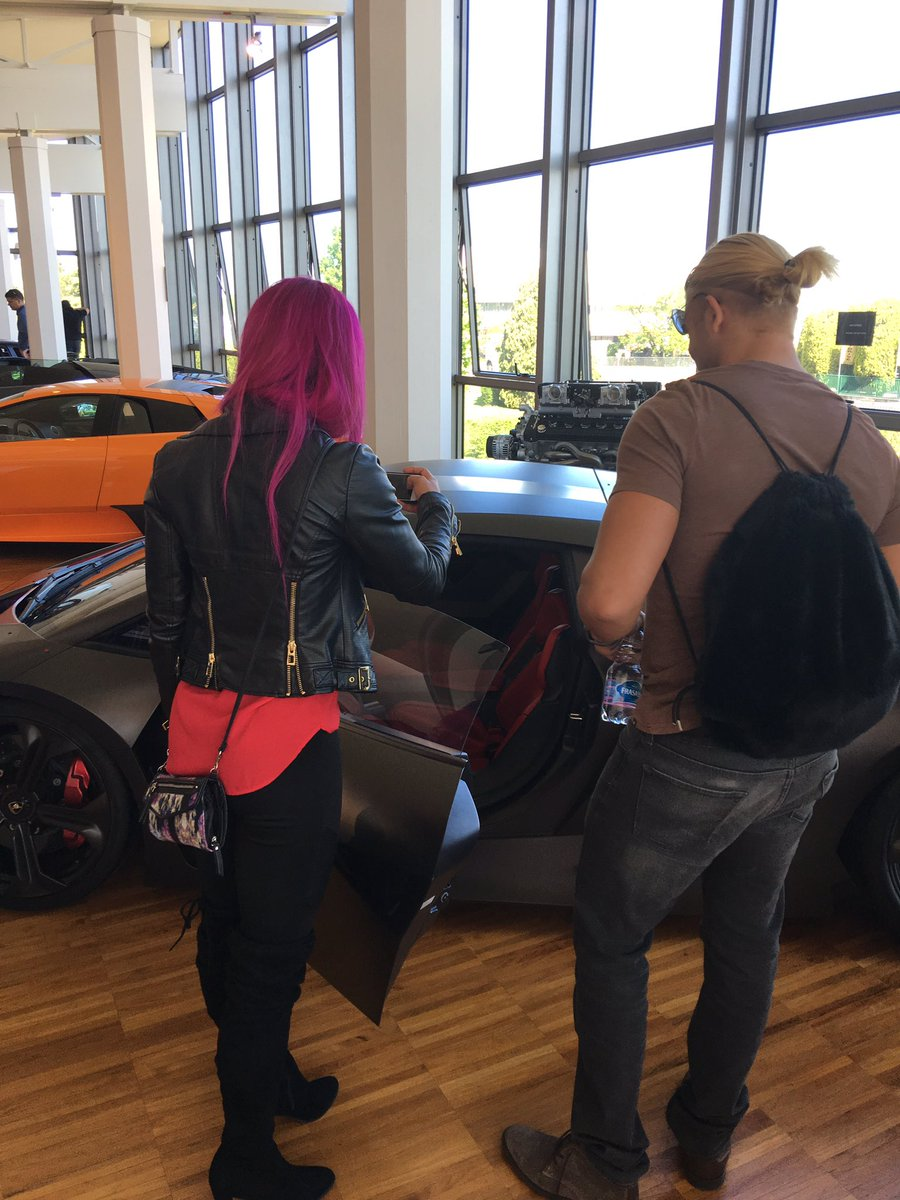 ساشا بانكس وتايلر بريز في زيارة لمتحف سيارات لومبرغيني