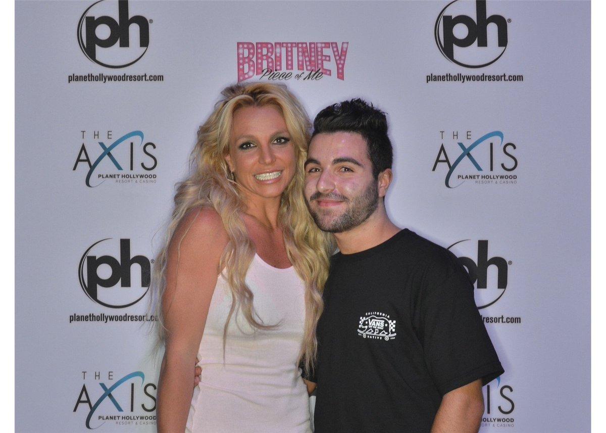 Britney Spears >> Britney: Piece of Me [III] - Página 45 Cfa4Zf5UMAER3LY