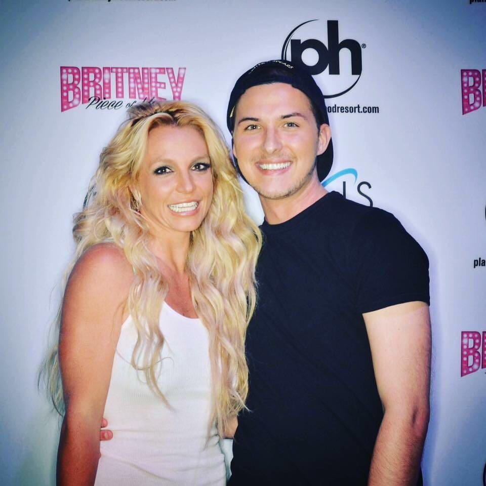 Britney Spears >> Britney: Piece of Me [III] - Página 45 Cfbb9dPWIAExpeD