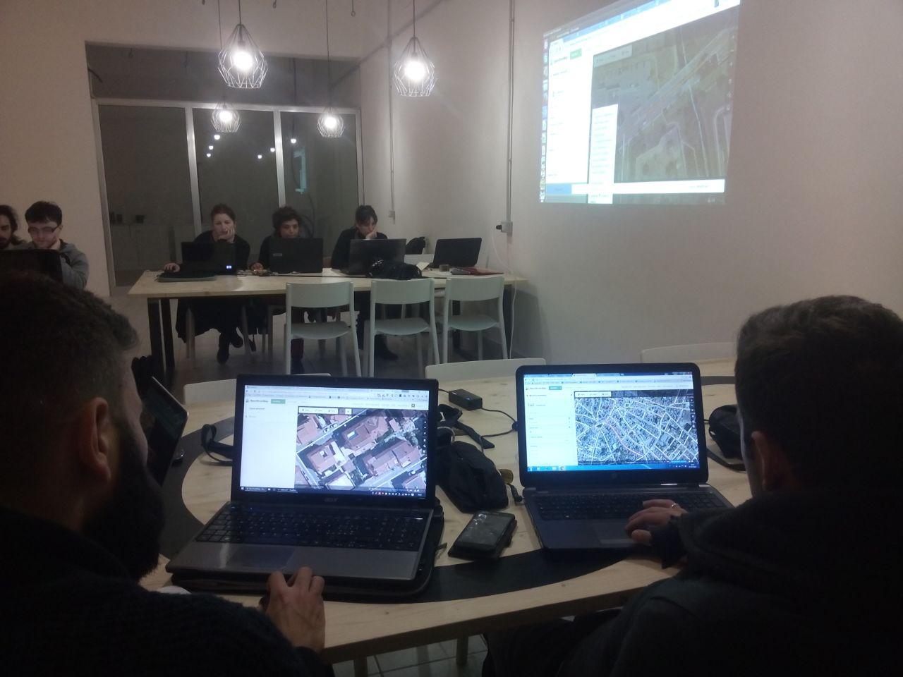Entriamo nel vivo di @openstreetmap con l'editor ID! Esploriamo la città! #MappingMeetings #Cagliari da @hubspokers https://t.co/fjRhlat2EC