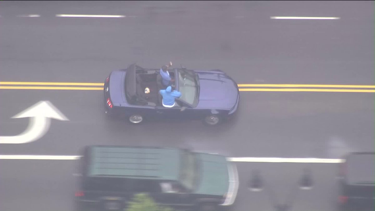 Pursuit suspects are back on Hollywood Blvd... suspects are waving to crowds. https://t.co/3MgJ6fvLXH