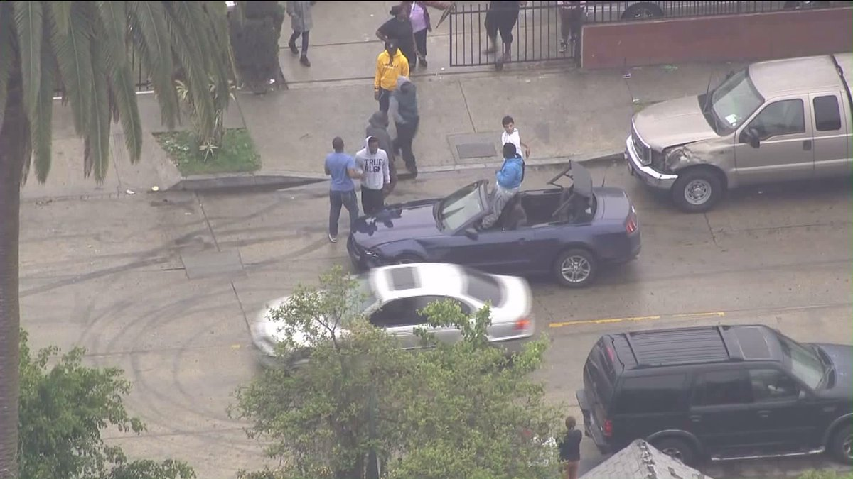 in South LA pursuit suspects roll up to a house- and tons of people come out to greet, shake hands https://t.co/hUrUs6OEtJ
