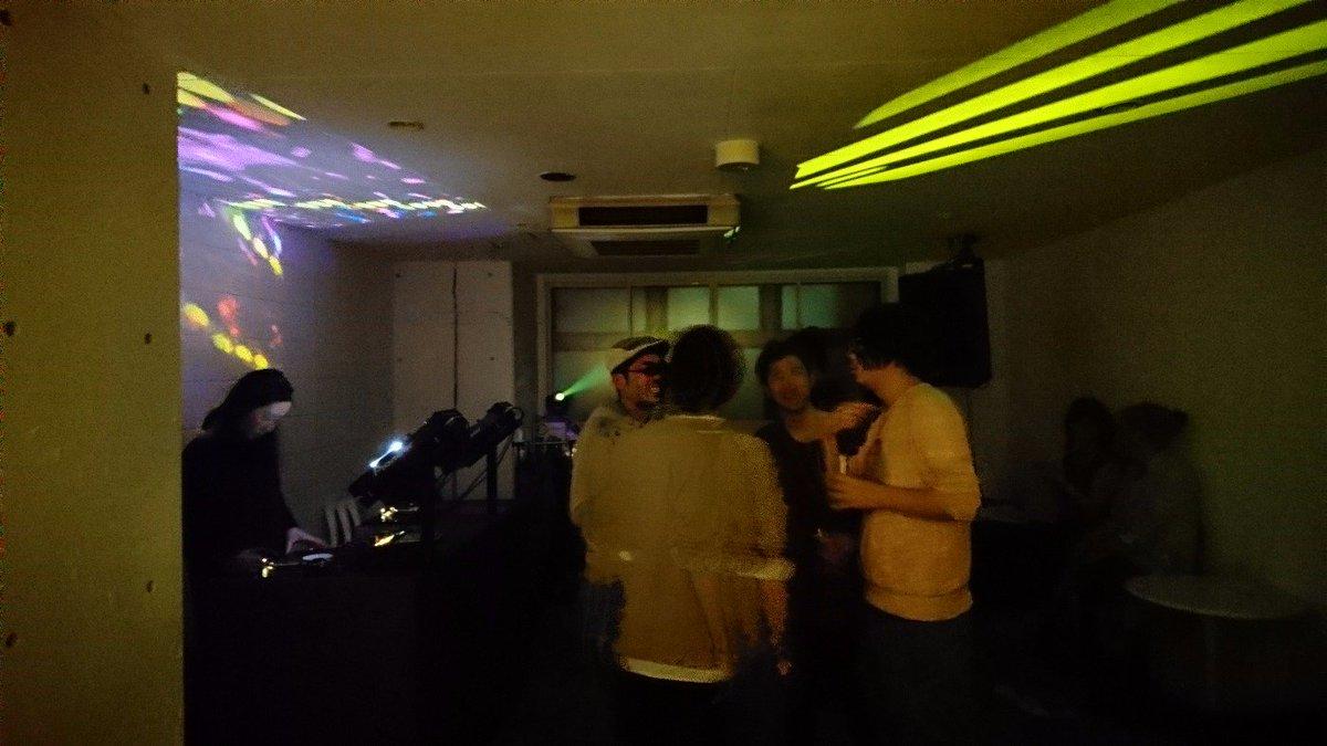 Jun Kitamuraが高円寺にオープンさせたバーknockは、バーていうよりはクラブを意識しててびっくり。音も出せるし踊れるし、小さいDIYな箱として今後の活性化を期待したいね。 https://t.co/cZnAA6ny7Z