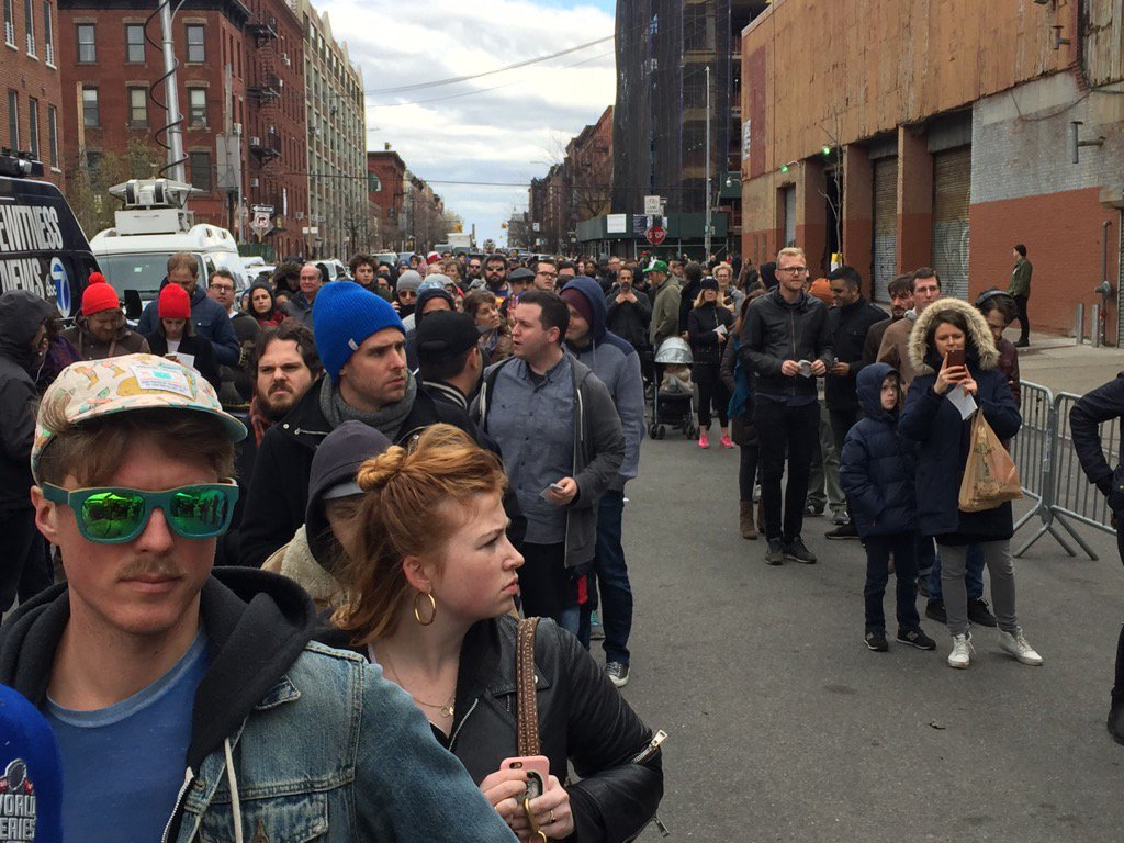 You'll be shocked to learn the crowd waiting to clear security perimeter for Bernie in Greenpoint is young & white https://t.co/VzNniTM93E