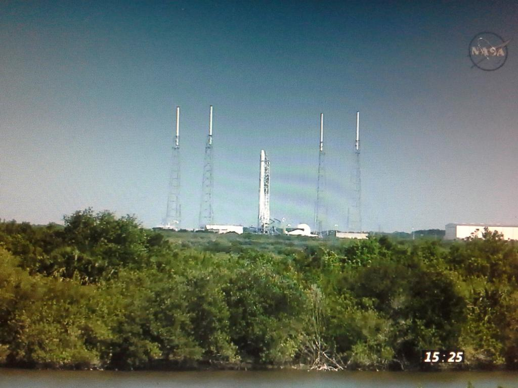 #Falcon9 and #Dragon on pad SLC-40 at Cape Canaveral 12 mins prior to launch. #CRS8 #ISS https://t.co/NV4WsvdXjy