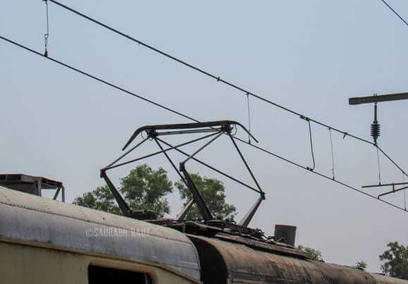 Dear #mumbaikars remember this diamond shaped pantograph on local trains. Today is the last time you would see them! https://t.co/plOuZr2eXm