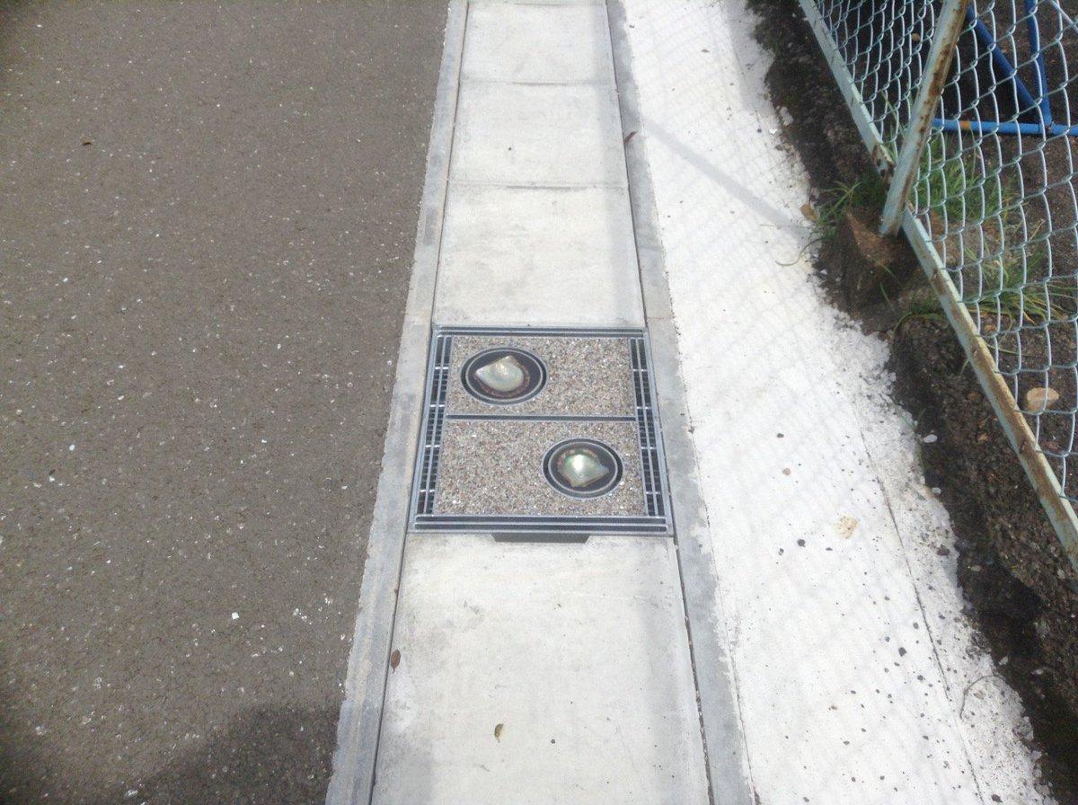 真珠で有名な賢島の駅前通りには、真珠が埋め込まれたグレーチングがありました! https://t.co/zaGzNYiKYf