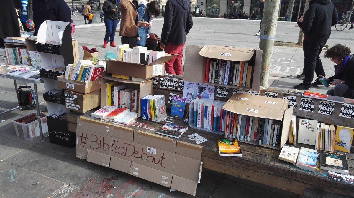 Les amis ! La #BiblioDebout est debout ! Nous y sommes ! #NuitDebout #République https://t.co/e9L3RgLoUZ