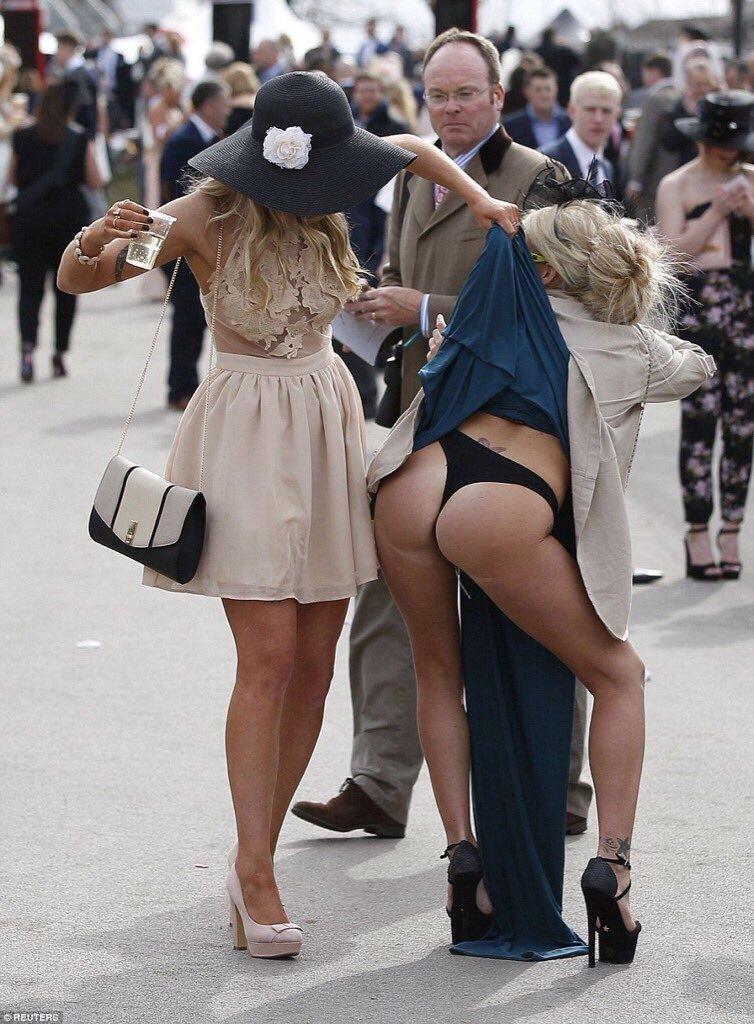 Случайные задранные юбки, фото женские голые ноги