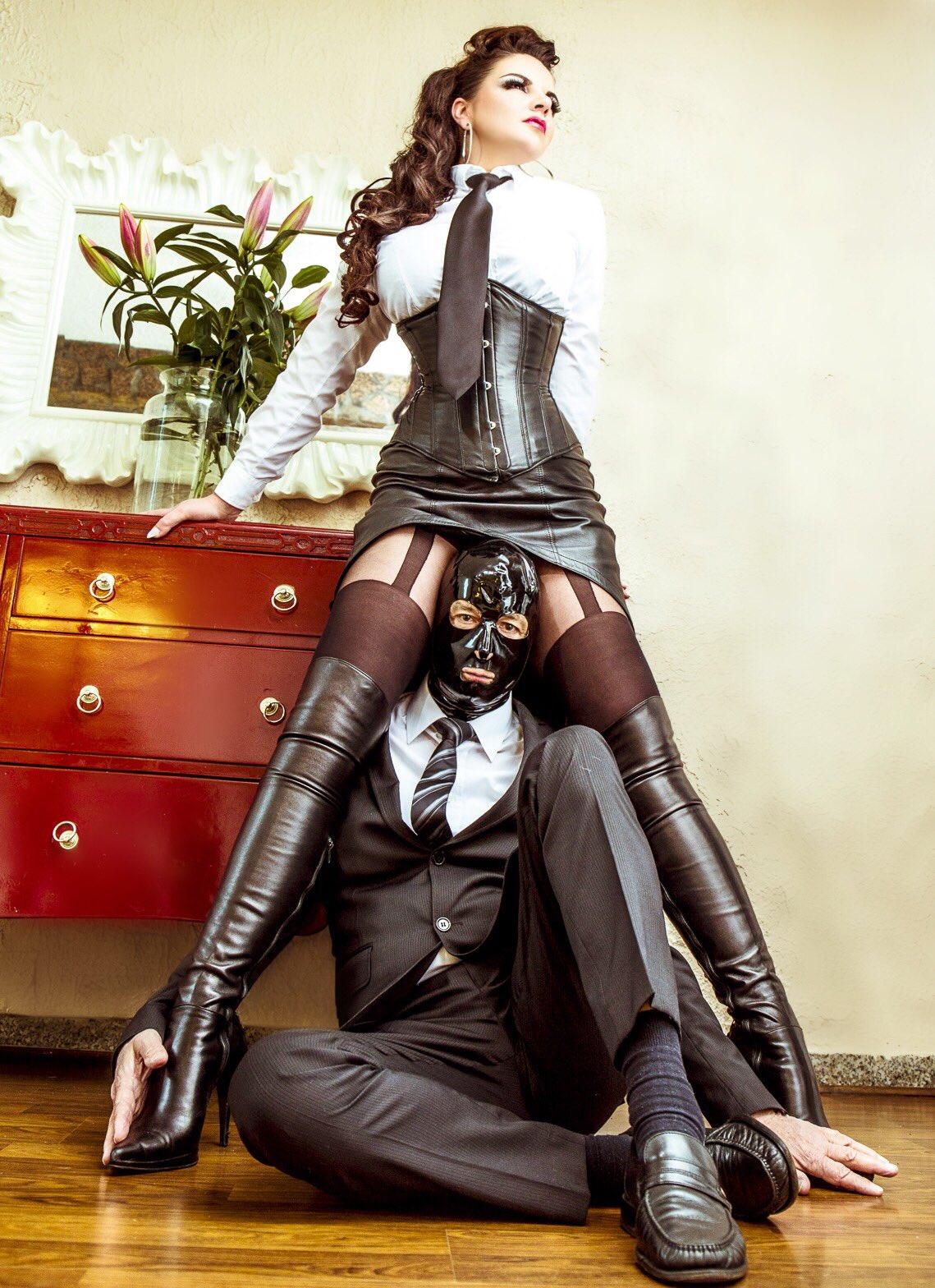 строгие дамы в сапогах доминируют боиться его хочу