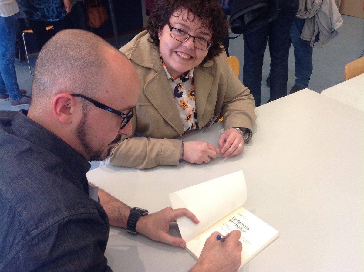 Moments enriquits al #XaTac5BCN Jordi @JordiJubany Autor de #LaFamíliaenDigital (EUMO), signant a @Angelssoriano74 https://t.co/CnYsB1KHMc