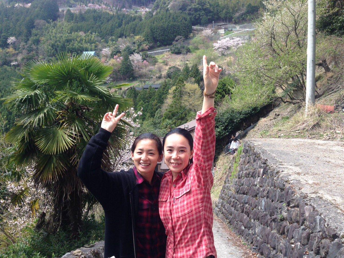 尾野真千子ちゃんと20年ぶりの奈良は西吉野、平雄。『萌の朱雀』はここで生まれました‼︎ 満開の桜の下で(^_−)−☆ https://t.co/PmHrLVwO6A