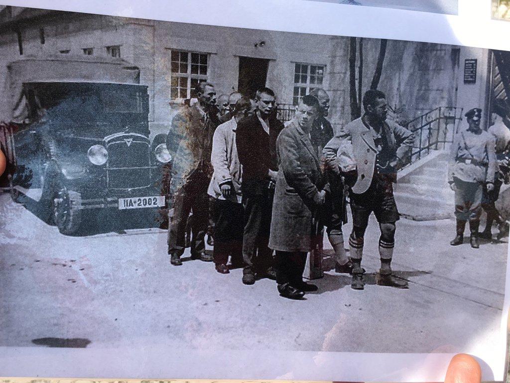 Die ersten Gefangene wurden mit dem Auto gebracht. Meist politische Gefangene. Diese hier 1933. #memorialwalk https://t.co/hVdQ8tGk1i