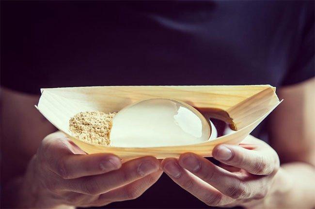 日本の信玄餅が『レインドロップ・ケーキ』という名前でアメリカに紹介され、インスタグラマーを中心に話題を巻き起こしているようdesignyoutrust.com/2016/04/people…「きな粉と黒蜜添え」、なかなか本格的に伝わってるな。 pic.twitter.com/t5qHvHP1tL
