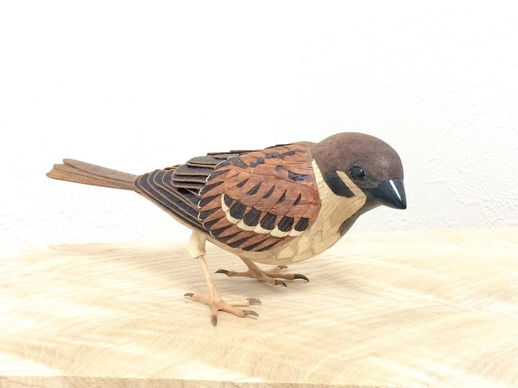 やっと完成しました!「スズメ」です!だいぶ時間かかってしまいました、、T_T無着色で、木の本来の色味を活かして 木象嵌などで表現しています。1週間後の二人展でこちらの作品も展示いたします!#木工 #象嵌 #彫刻 #鳥 pic.twitter.com/PYLS9LA5Sx