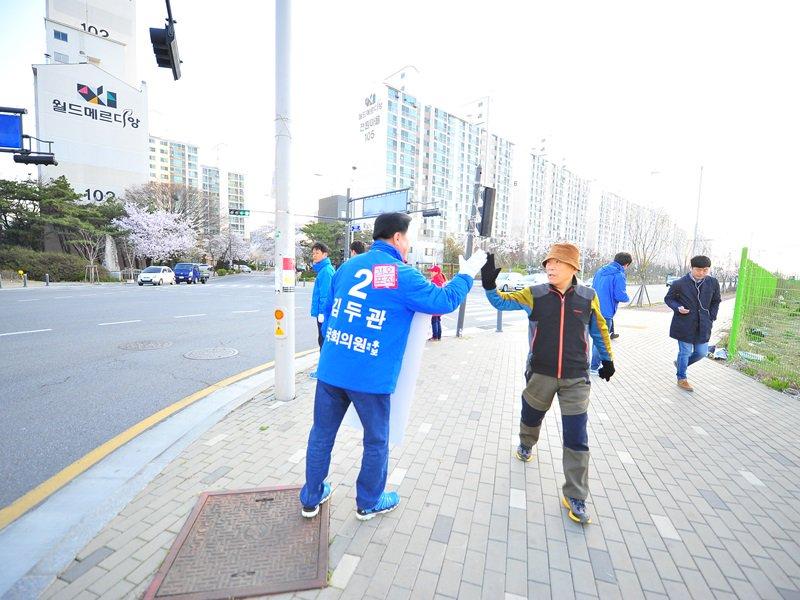 [D-2]  2번을 외쳐주시고 힘내라고 하이파이브해주시는 시민 여러분 덕분에 김포가 들썩입니다.  그에 따라 제 어깨도 들썩입니다. https://t.co/5Zv0p4HOyt