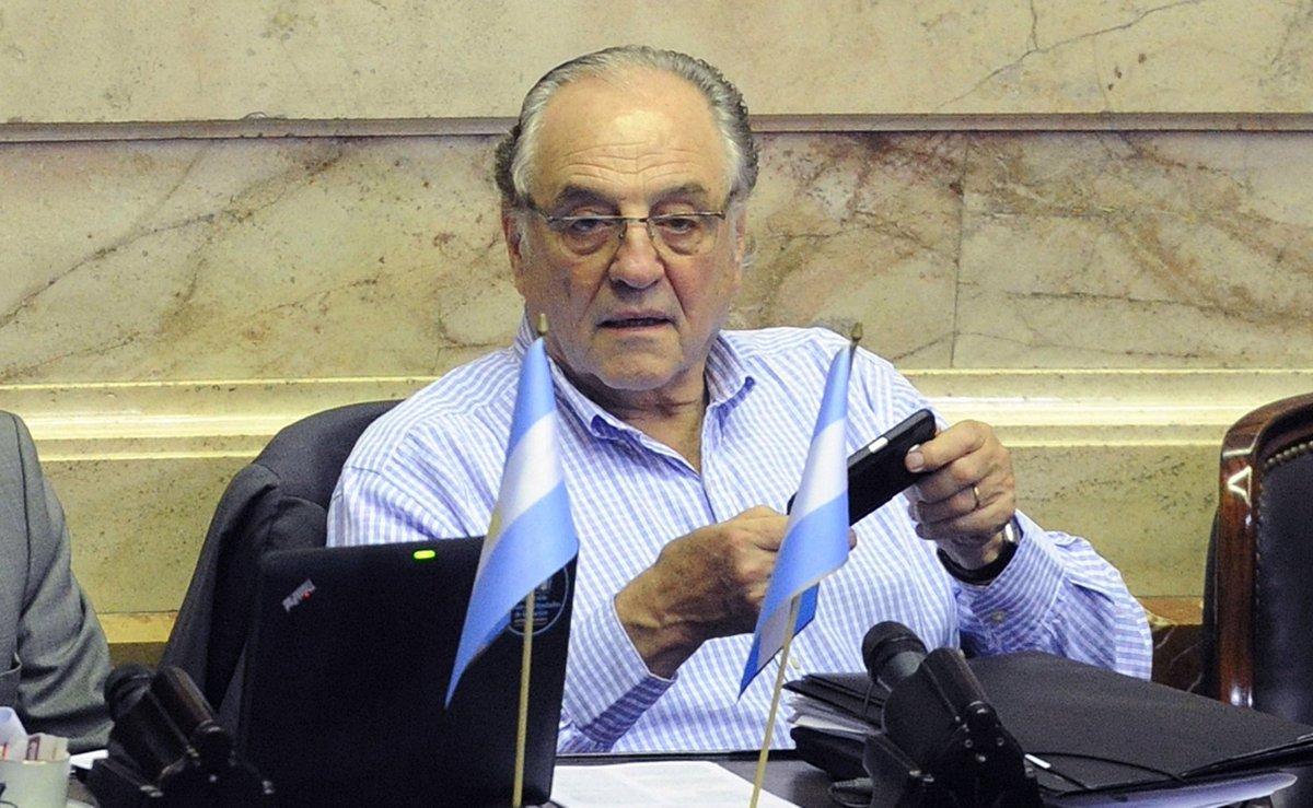"Agencia Télam on Twitter: ""#ANTICIPO | Carlos Heller dejó el bloque del  Frente para la Victoria https://t.co/uwFgyJpMum https://t.co/8NQbA0cVpO"""