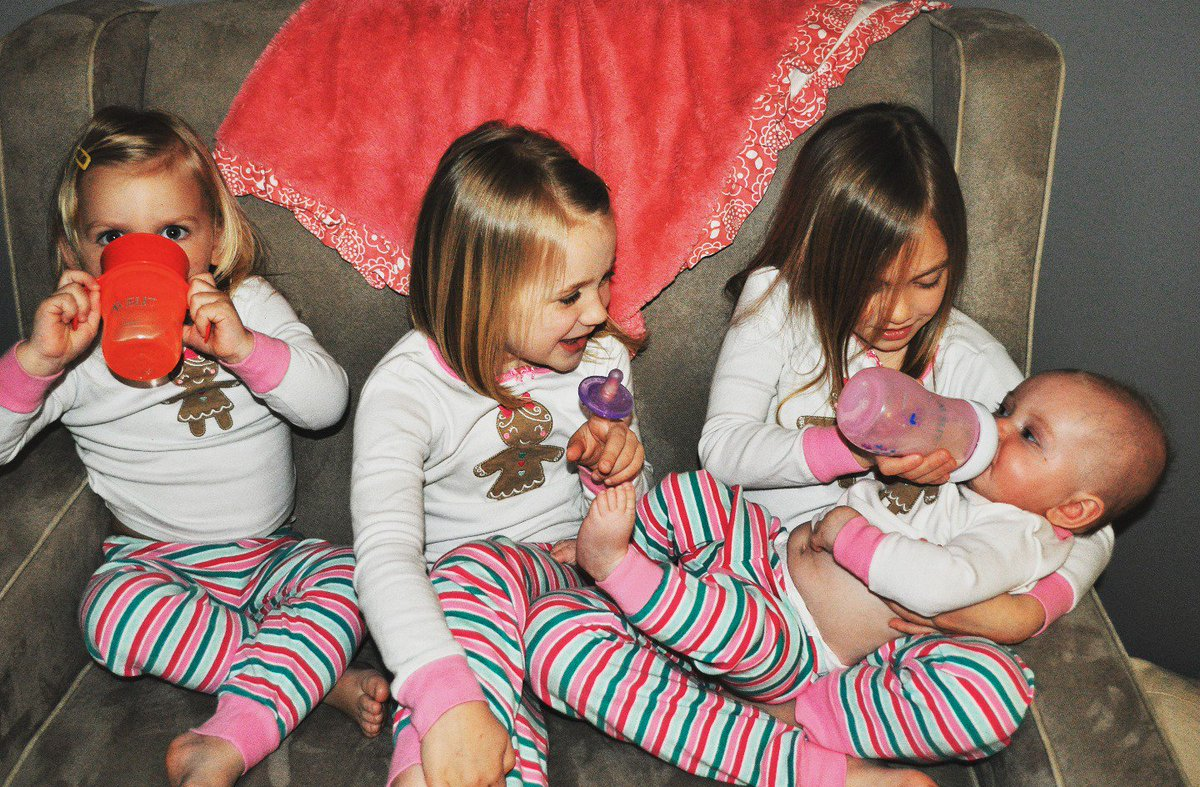 How cute are @AhhMazingRvws little ladies? #PhilipsAvent #NationalSiblingsDay