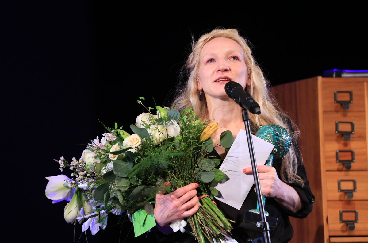 Trešo Krodera balvu saņem aktrise Guna Zariņa! No sirds sveicam! https://t.co/ujl3u778sZ
