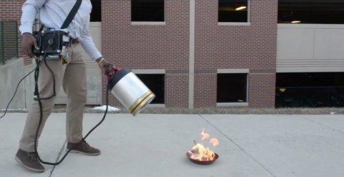 Cet extincteur révolutionnaire souffle les flammes grâce aux infrasons ! https://t.co/vZCZZKvQ5v #technologie