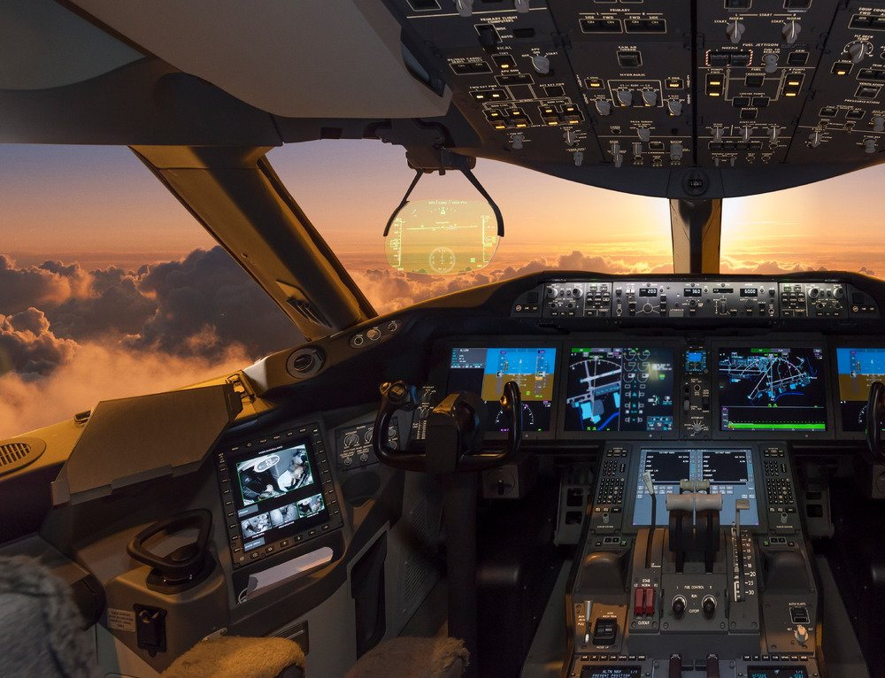 Check out the cockpit of the new @Boeing 787 Dreamliner, coming to San Francisco May 4th! #KLMDreamliner https://t.co/L8HF9RcyxU