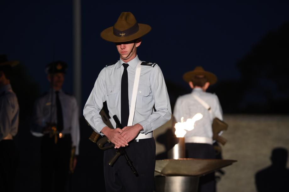 Hundreds of thousands of Melburnians have attended #AnzacDay2016 #dawnservice commemorations across the city. https://t.co/mjR3riyPsT