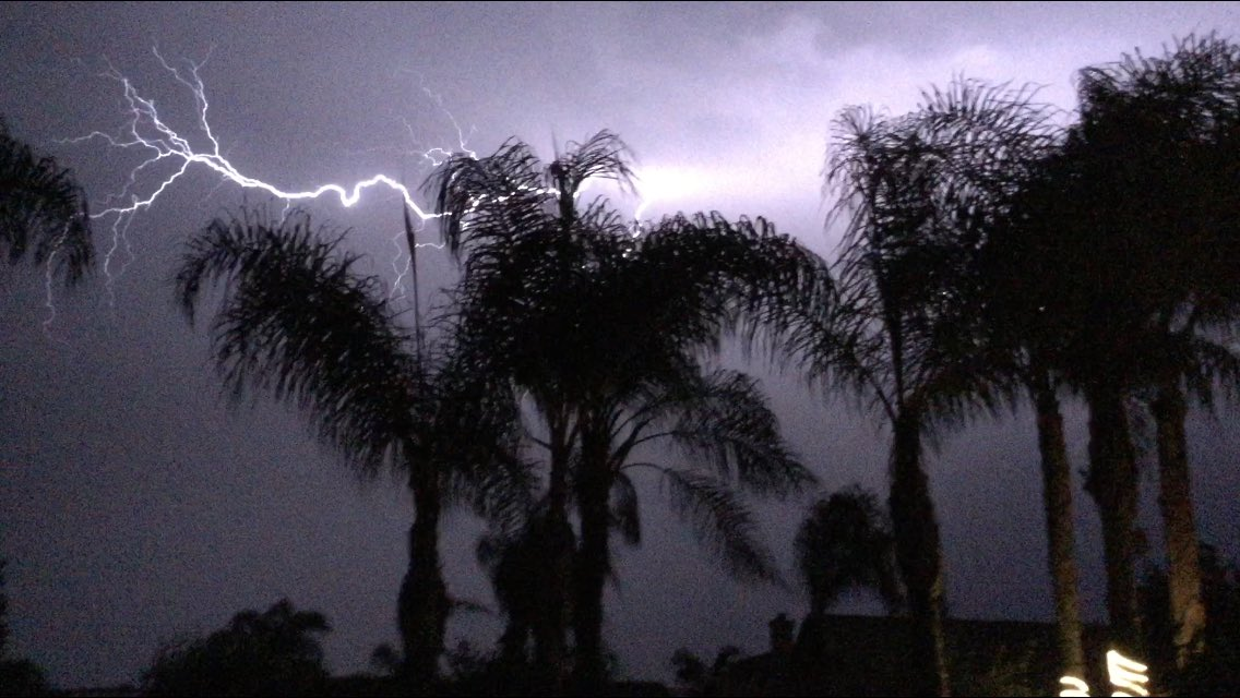 @23ABCNews Crazy lightening outside!! https://t.co/RmNDUbASeb