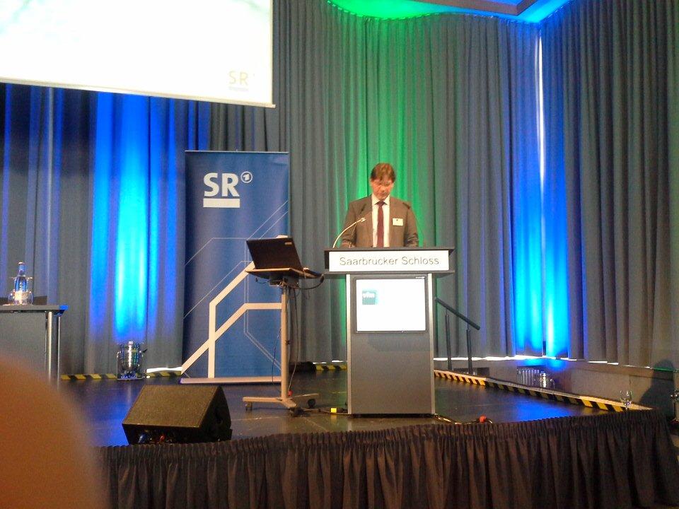 Lutz Semmelrogge,  Programmdirektor des SR, hält das Grußwort zur #vfmTagung https://t.co/8gyUGugJ67